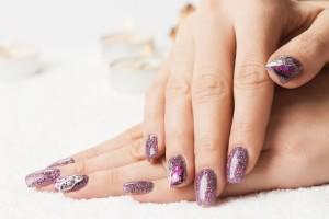 Créer des faux ongles avec le gel UV
